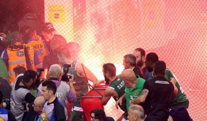 """Grecia - Panathinaikos campione in casa dell'Olympiacos. La stagione termina nel caos dei """"tifosi"""""""