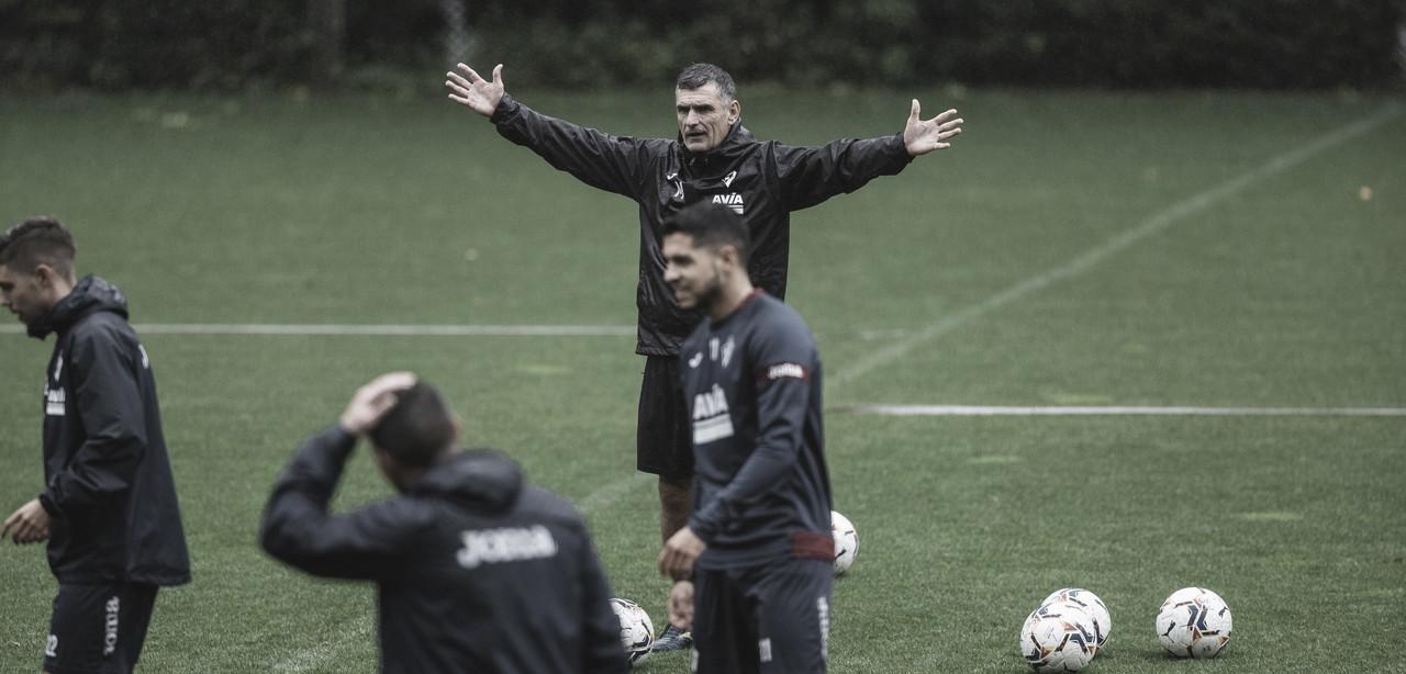 Instantánea de José Luis Mendilibar durante un entrenamiento | Foto: www.sdeibar.com