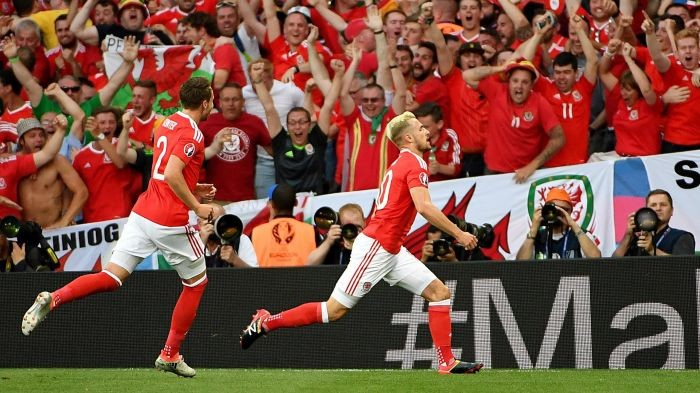 Euro 2016 - Galles sulla cresta dell'onda: 3-0 alla Russia e primo posto nel girone B