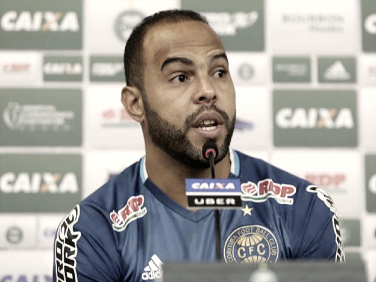 """Alecsandro transmite experiência para jovens do Coritiba: """"Muitos me têm como referência"""""""