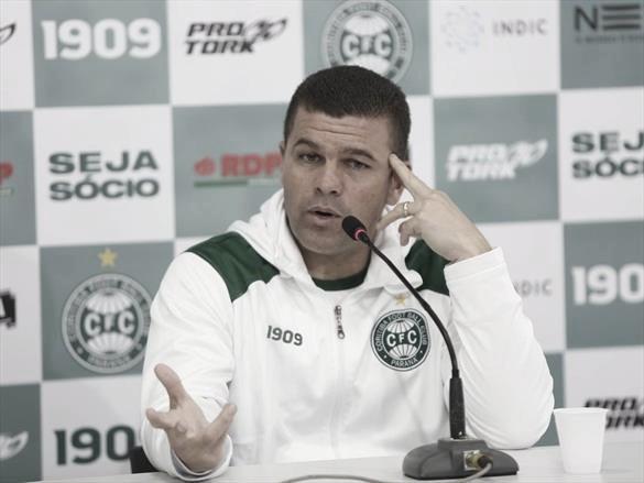Umberto Louzer ressalta 'jogo de alma' do Coritiba e garante pé no chão nos próximos jogos