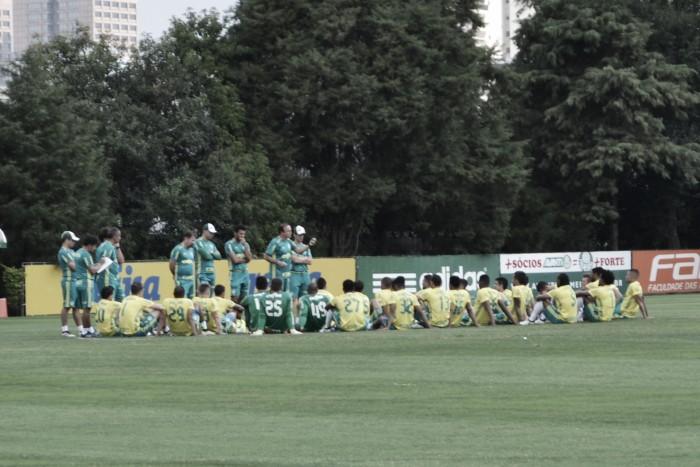 Na reapresentação após revés diante do Grêmio, forte chuva interrompe treino do Palmeiras