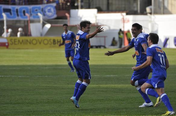 Cruzeiro atropela o Villa e fica próximo da final do Mineiro