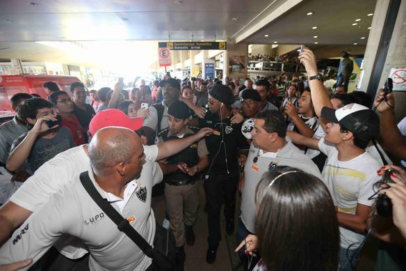 Galo é recebido com festa no aeroporto após virada contra o São Paulo