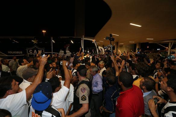 Galo embarca rumo a Tijuana com apoio dos torcedores