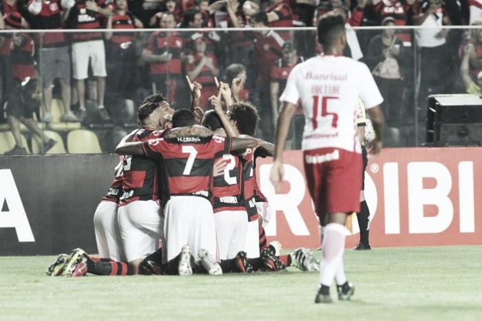 Flamengo supera Inter com gol solitário de Ederson e volta provisoriamente ao G-4