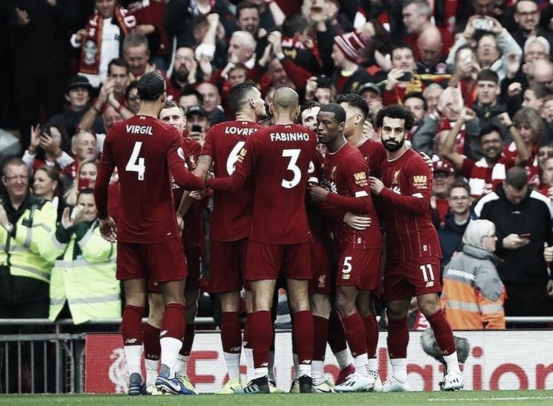Em Anfield, Liverpool bate Leicester no último minuto e se mantém 100% na Premier League