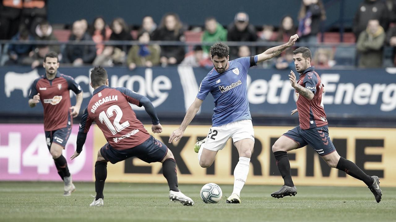 Raúl García remata un balón cerca del área en el último enfrentamiento ante Osasuna - Athletic Club