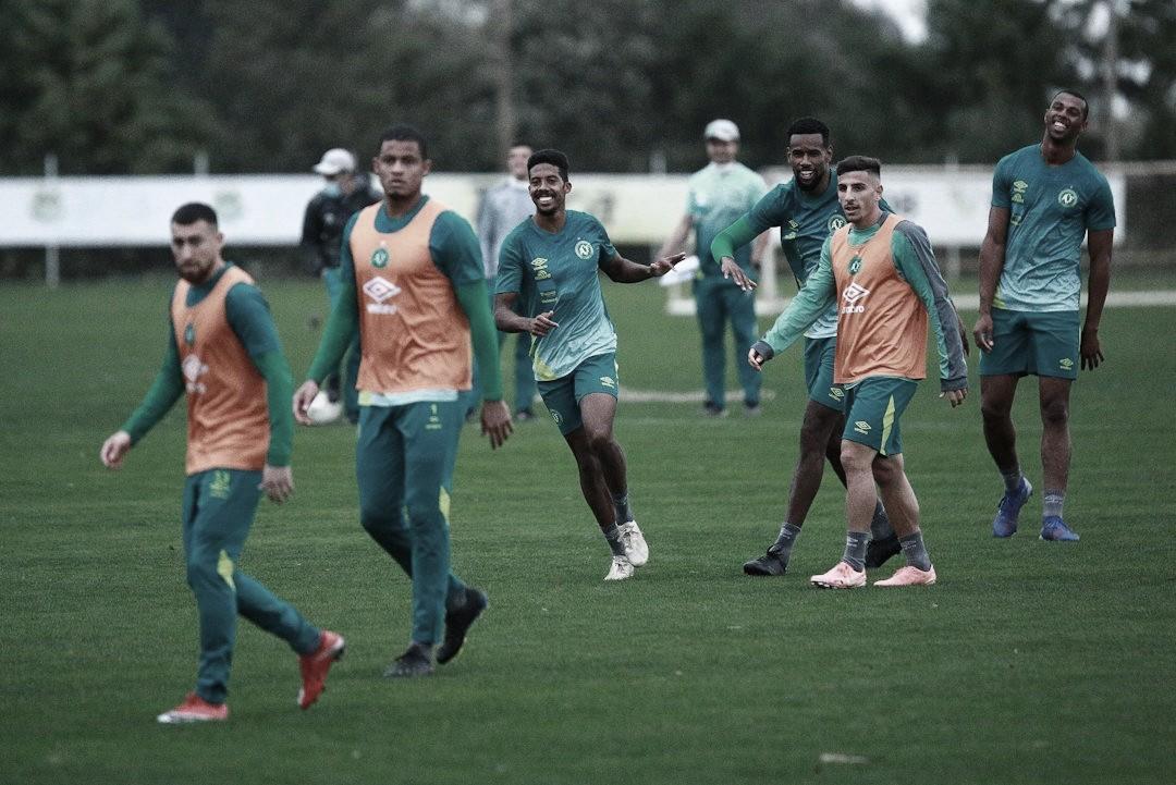 Jogadores e membros da comissão técnica da Chapecoense testam positivo para Covid-19
