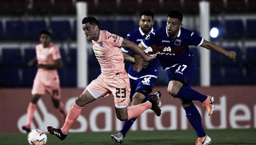 Luciatti y Monteseirín en acción. No estuvieron sólidos (Foto: Mundo Deportivo).