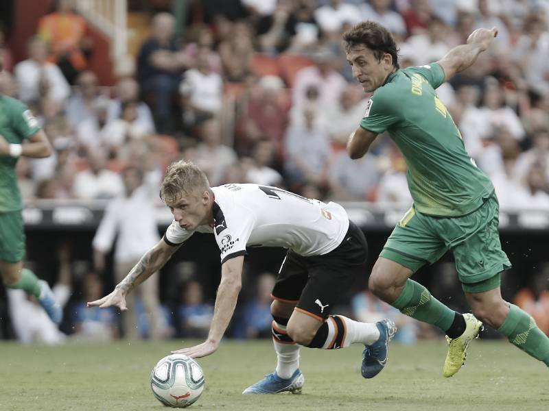 Daniel Wass (Valencia) y Mikel Oyarzabal (Real Sociedad) pugnan por el esférico / Foto: Real Sociedad.