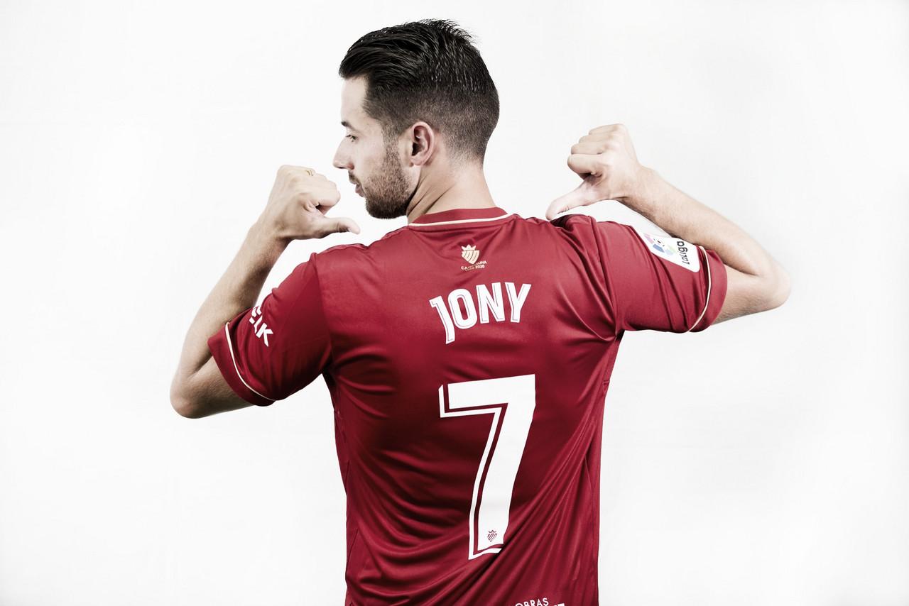 Jony mostrando el dorsal que llevará durante la temporada. Fuente: Osasuna
