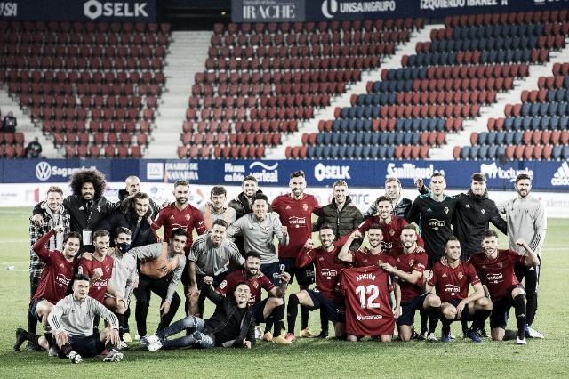Foto del equipo al completo tras la victoria, posan con una camiseta dedicada a la afición. Fuente: Osasuna