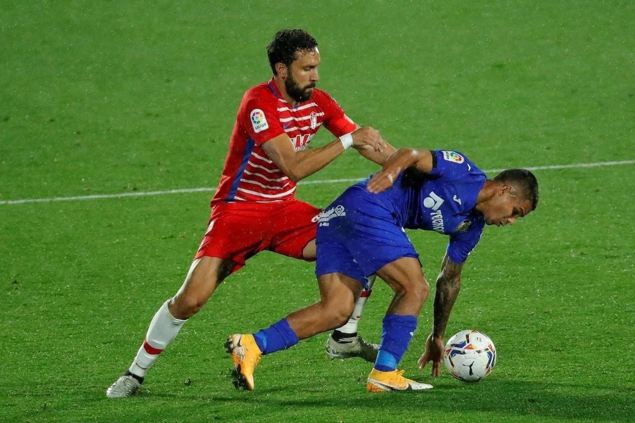 Germán pelea un balón con el cucho. Foto: Pepe Villoslada/Granada CF.