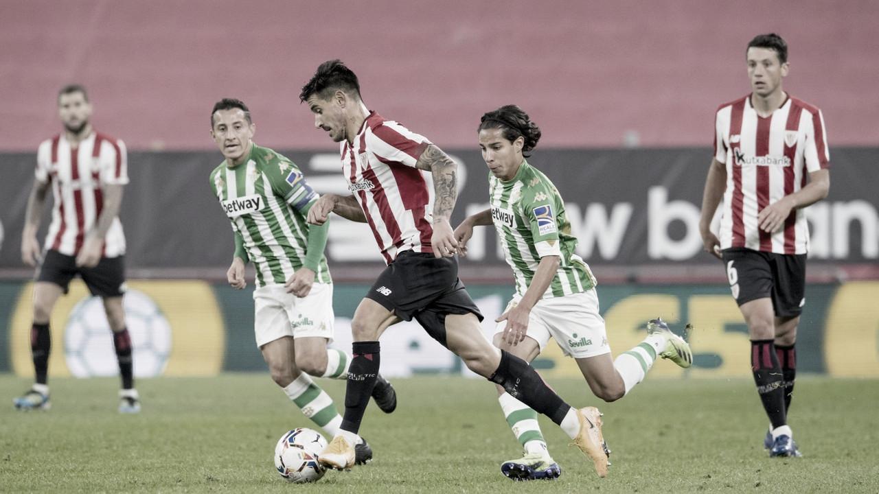 Yuri Berchiche avanza con el balón ante la atenta mirada de Vesga / Foto: Athletic Club