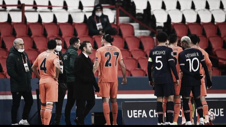 Atletas de PSG eİstanbul Başakşehir deixam gramado após injúria racial do quarto árbitro; jogo é adiado