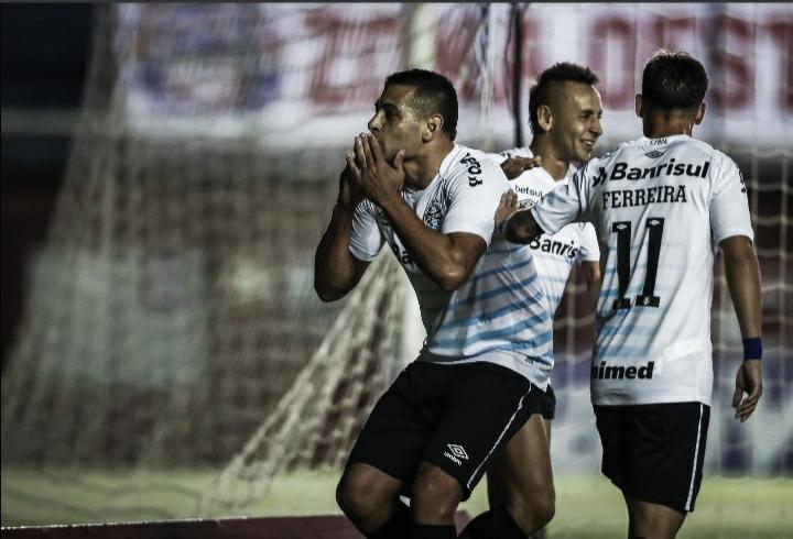 Diego Souza decide, e Grêmio vence Caxias no jogo de ida da semifinal gaúcha