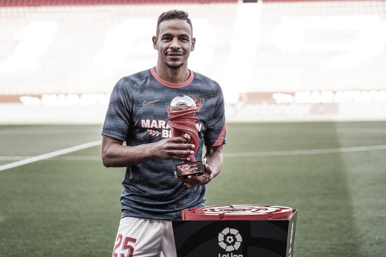Fernando Reges recibe el premio al mejor jugador de LaLiga durante el mes de abril