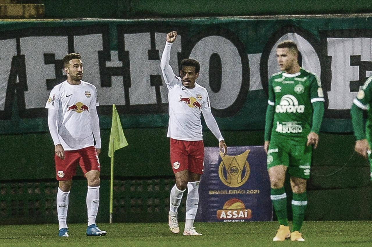 RB Bragantino passeia na Arena Condá e bate Chapecoense em estreia do Brasileirão