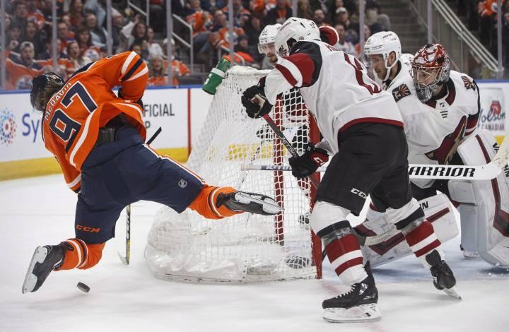 Arizona Coyotes keep winning streak in Western Canada