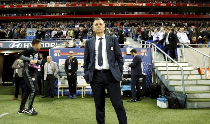 Técnico do Lyon critica expulsão de zagueiro brasileiro e lamenta empate diante do Angers
