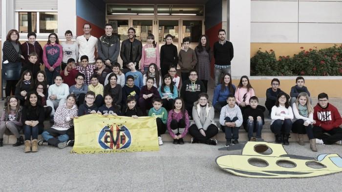 Los alumnos del CEIP Maestro Caballero acogen a Jonathan dos Santos y Adrián Marín
