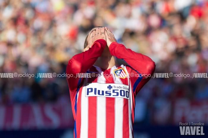 El Atlético se deja un trocito de Liga ante un Sevilla con diez