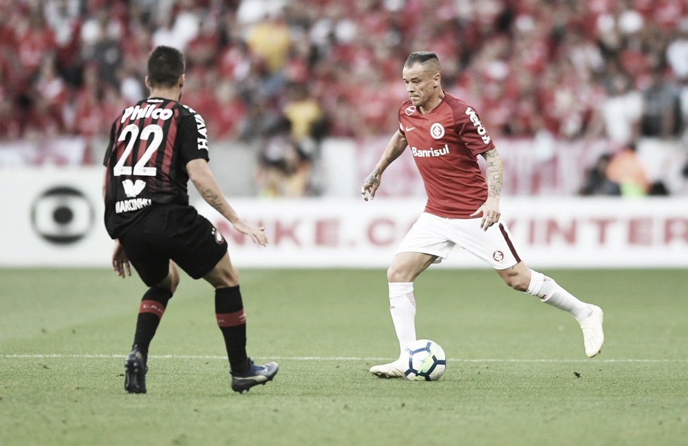 Internacional sai atrás, mas vira contra reservas do Atlético-PR com pênalti polêmico no fim