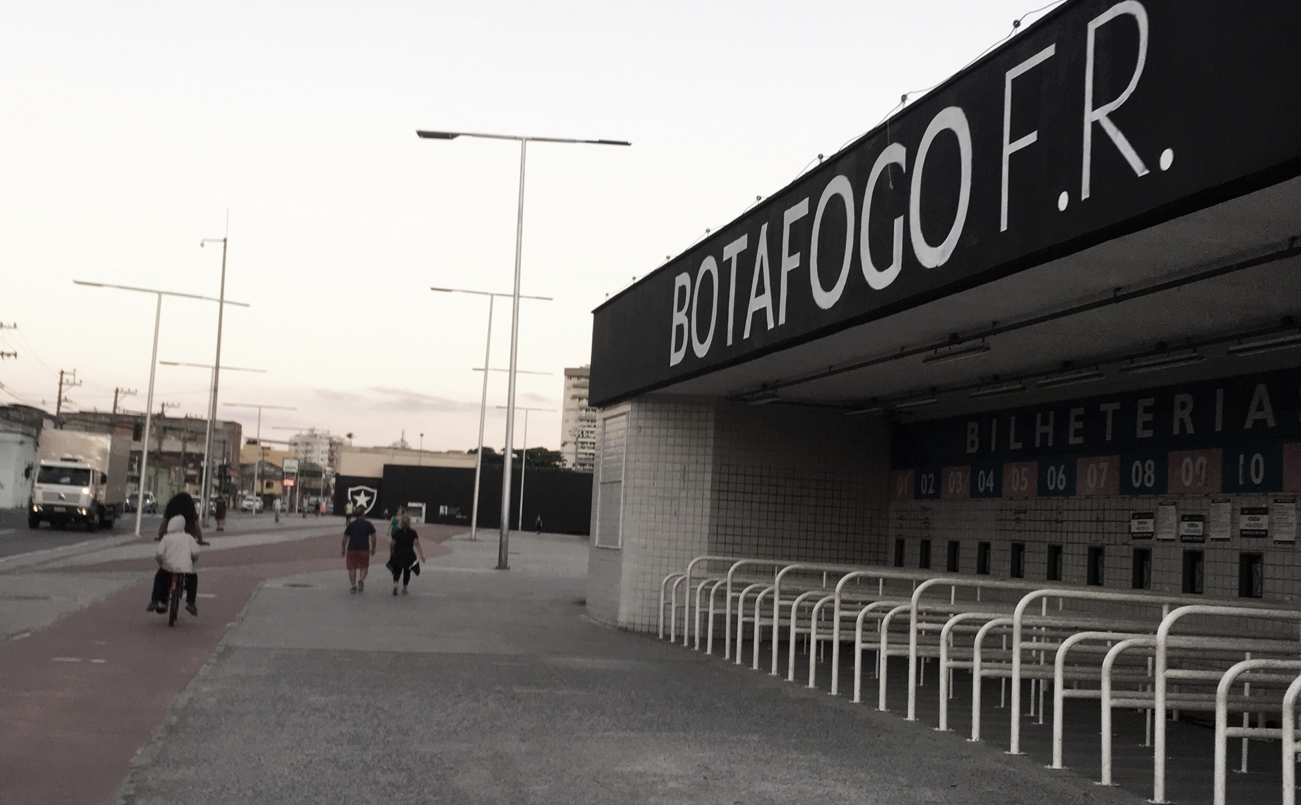 Torcedores pedem conversa com elenco do Botafogo e Lindoso afirma que cobrança deve ser em campo