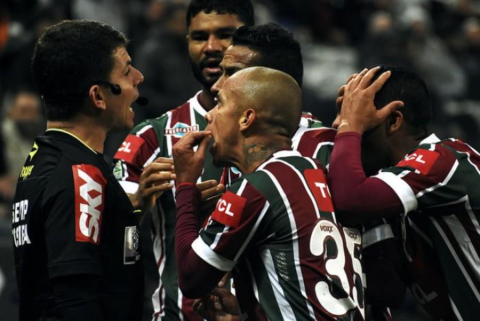 """Peter Siemsen protesta contra arbitragem: """"Sempre jogamos contra 12 diante do Corinthians"""""""