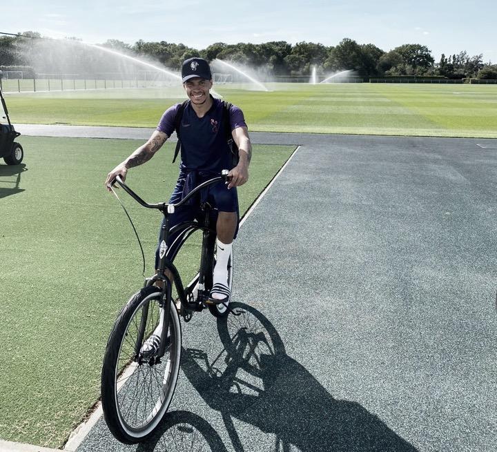 Fora dos planos de Mourinho, Dele Alli deve seguir afastado do Tottenham até ser negociado