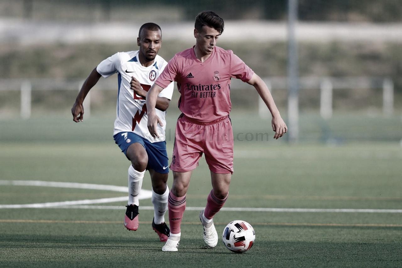 Antonio Blanco, presionado por Ayoub Abou, durante el partido de pretemporada que enfrentó a estos mismos equipos | Fuente: www.realmadrid.com