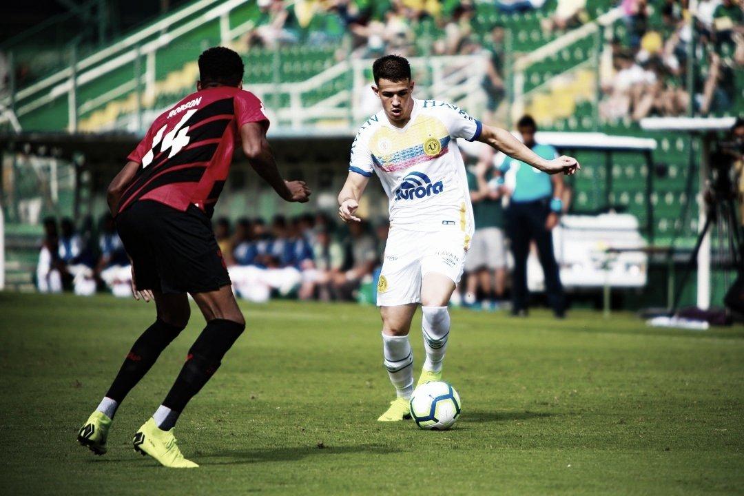 Chapecoense marca no fim e garante empate contra o Athletico pelo Brasileiro