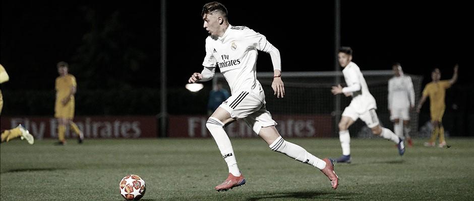 Gelabert conduce el balón durante un partido con el Real Madrid | Fuente: www.realmadrid.com