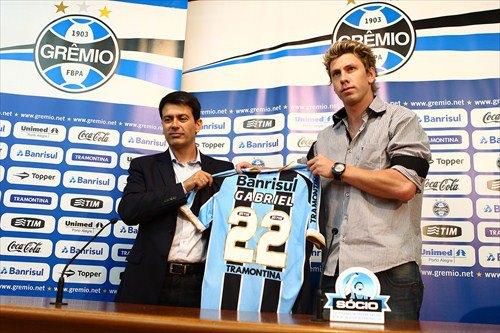 Grêmio apresenta zagueiro Gabriel, ex-Lajeadense