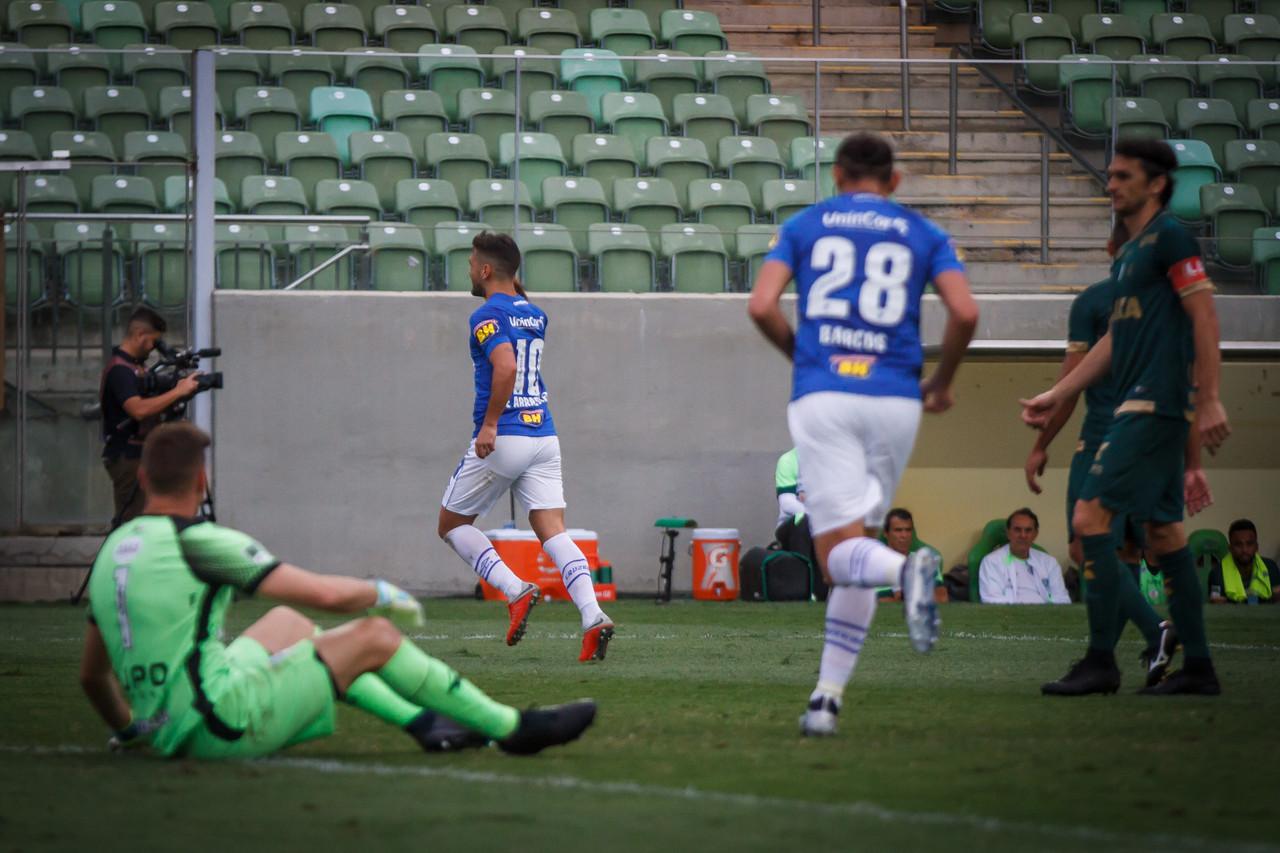 Em clássico movimentado, Cruzeiro vence e empurra América-MG para o Z-4