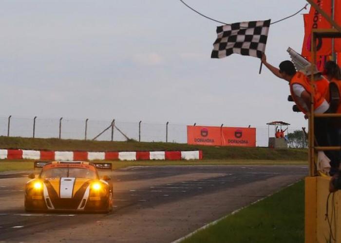 Vitória de Marcel Visconde e Ricardo Maurício com Porsche 911 pelo Brasileiro de Endurance