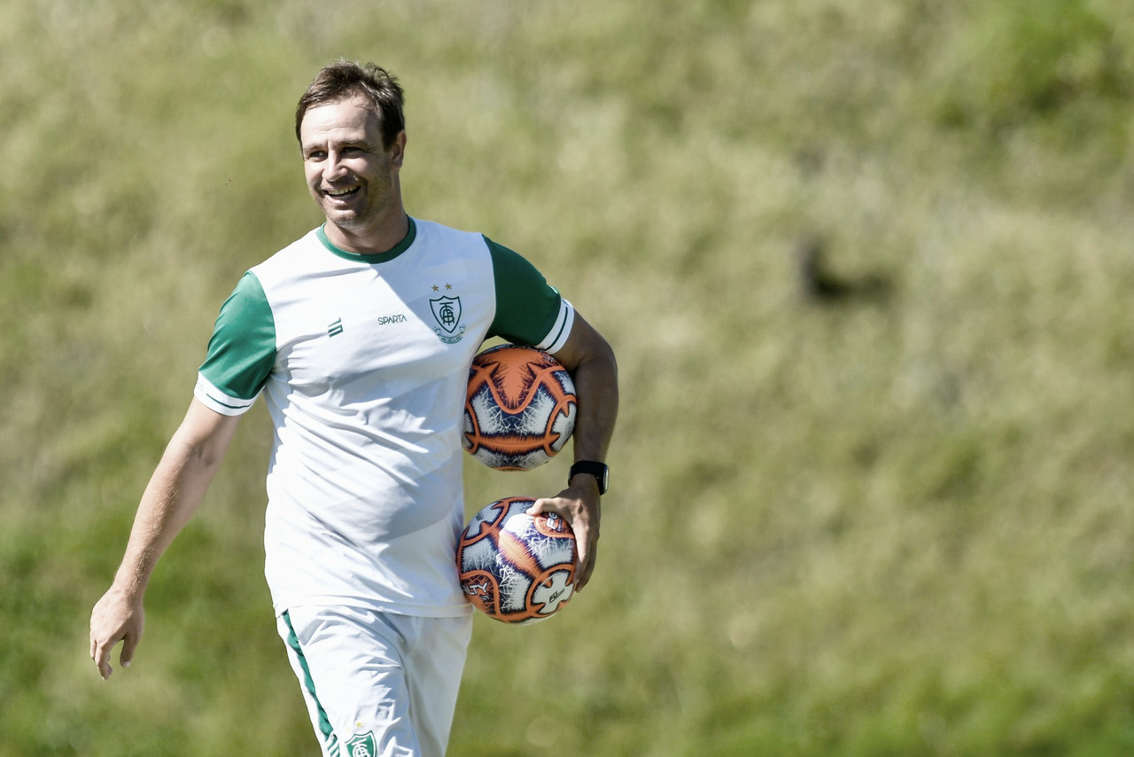 América-MG respira novos ares com dois meses de Felipe Conceição no comando técnico