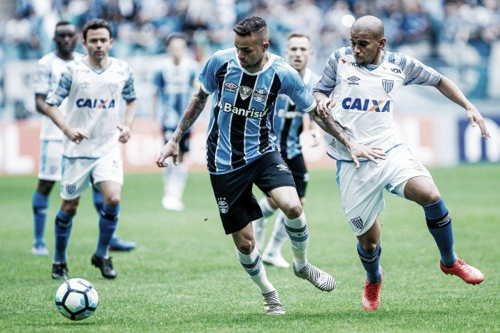 Goleiro Douglas brilha, Grêmio sofre com contra-ataques e Avaí vence na Arena