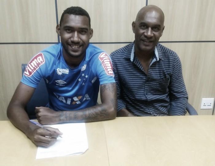 Cruzeiro estende contrato com zagueiro Arthur, cria da base, por mais quatro anos