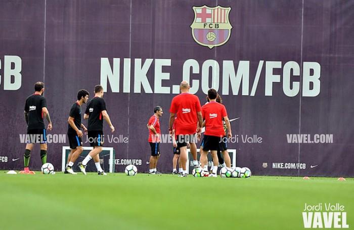 El primer equipo se entrena con la ausencia de Iniesta