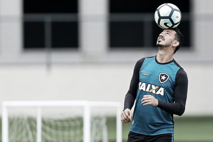 """Rodrigo Lindoso fala sobre clássico contra Flamengo e minimiza pressão: """"Estamos acostumados"""""""