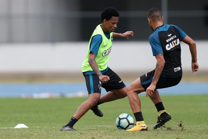 """Jovem do Botafogo, volante Bochecha se mostra confiante: """"Vou lutar pelo meu espaço"""""""