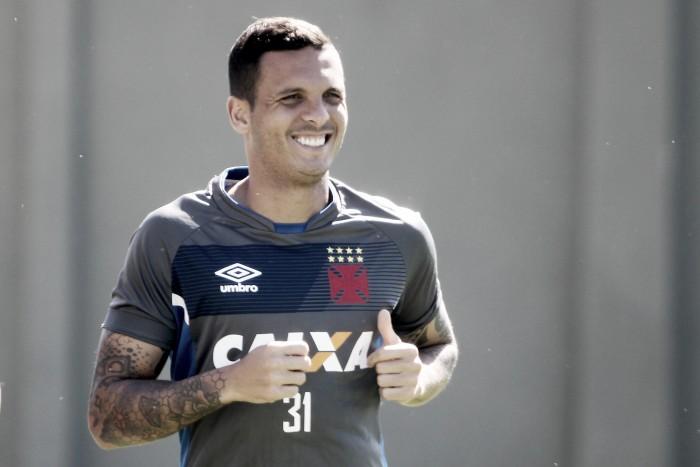Lateral-esquerdo Ramon pede empenho aos atletas do Vasco no retorno a São Januário