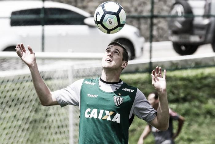 Troca de volantes para jogo contra Grêmio: Adilson substitui Yago no Atlético-MG