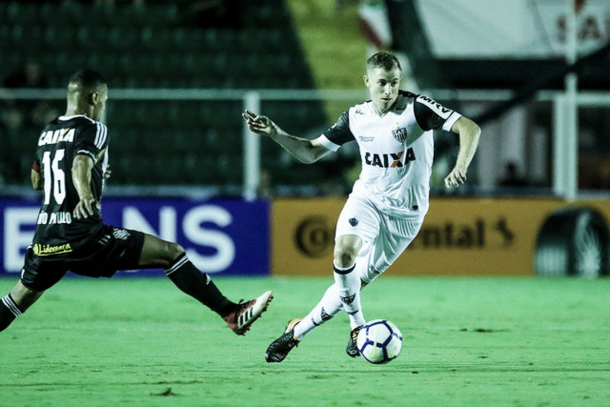 De volta ao time titular do Atlético-MG, volante Adilson ressalta apoio dos companheiros