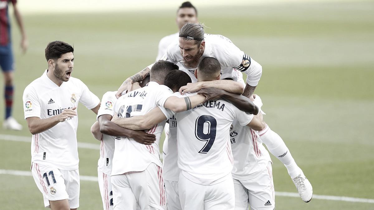 Los jugadores del Real Madrid celebran la victoria en el Camp Nou | Fuente: www.realmadrid.com