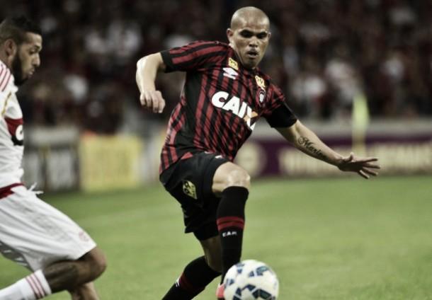 Campeão Brasileiro de 2001, lateral-direito Alessandro recebeu homenagens contra Flamengo