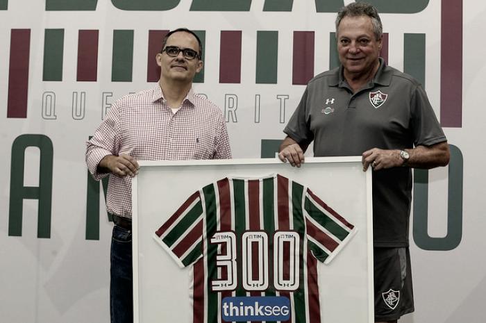 Abel completa 300 jogos no comando do Fluminense e recebe homenagem
