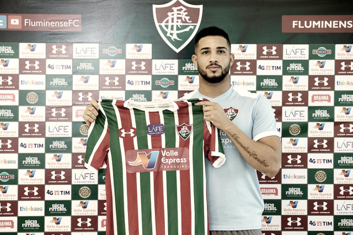 """João Carlos é apresentado no Fluminense e admite ser fã de Fred: """"Me espelho no futebol dele"""""""